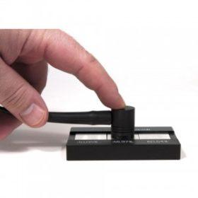 Đầu dò đo độ dẫn điện đặt trên mẫu