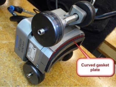 Một miếng đệm cong tùy chọn là cần thiết để duy trì khớp nối vào đường ống