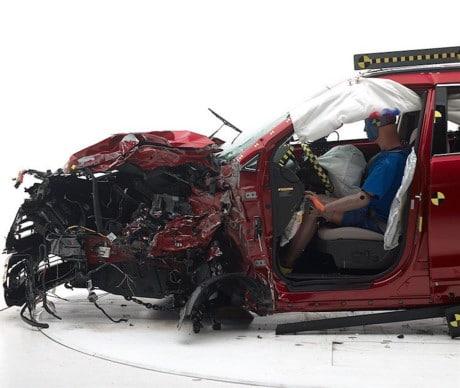 Những chiếc BMW, Mercedes,... sang trọng có giá tới cả trăm ngàn USD, cũng vẫn hàng ngày đâm nhau bẹp dúm, chỉ để tái hiện những va chạm