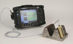 Đầu dò kiểm tra bánh răng được đặt trên mẫu và kết nối với thiết bị OmniScan ECA